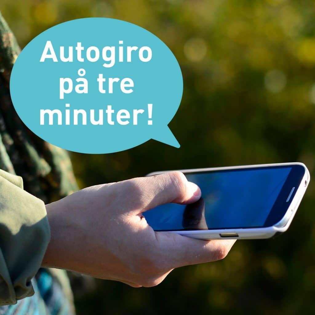 En hand som sveper på en mobilskärm. Pratbubbla som det står Autogiro på tre minuter! i.