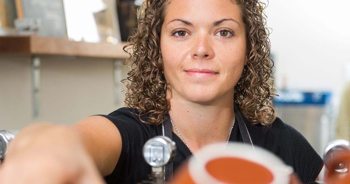 Ung kvinna jobbar som barista.